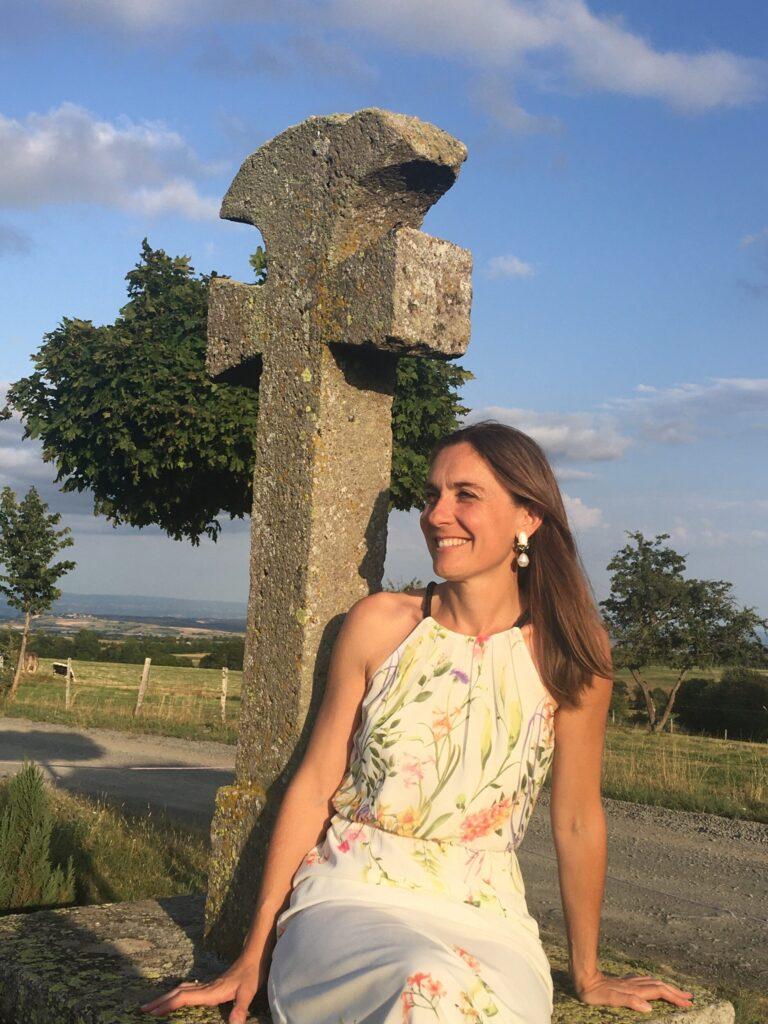 Marie-Helene Cussac au pied de la Croix des Apparitions à Lescure dans le Cantal