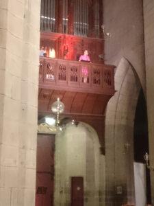 marie-helene cussac chantant à la tribune de l'orgue de la cathedrale de Saint-Flour le 16 aout 2020